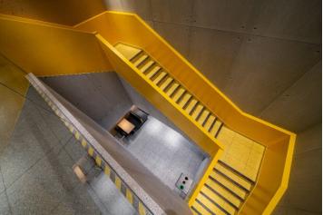 """餐厅内""""阳光黄色""""楼梯"""