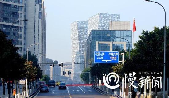 """看了就惊悚!重庆再现奇葩建筑 一座快要""""倾倒""""百米大楼"""