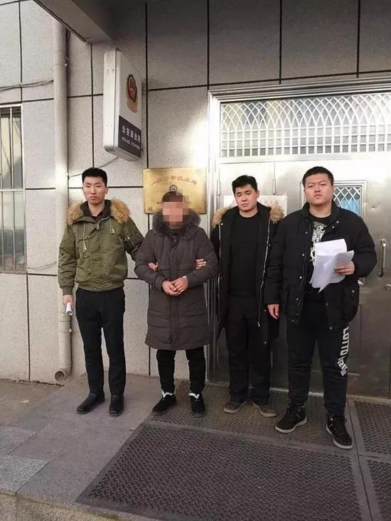 犯罪嫌疑人李某被警方送往派出所。图片由警方提供