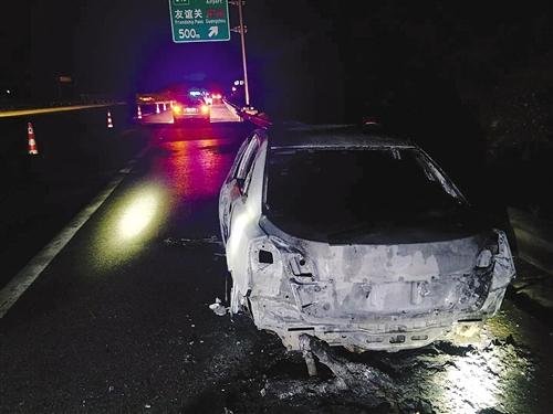 在G75線蘭海高速大塘服務區附近,一輛轎車突發自燃 本報通訊員 吳桂瑩 攝