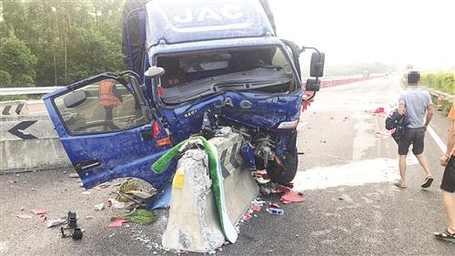 一輛大貨車在行駛過程中,由于駕駛員犯困,失控撞上護欄 本報通訊員 潘洪江 攝