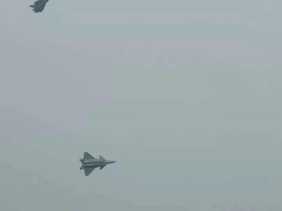 金沙网站:3架新涂装歼20现身珠海机场上空_展现优异机动性(图)