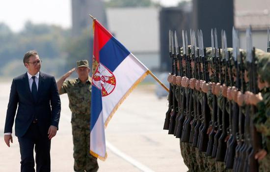 塞尔维亚总统武契奇视察本国军队