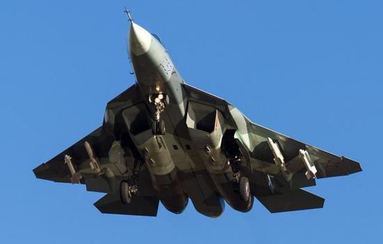 """图为航展上从来""""捂得厉厉实实""""的苏-57战斗机。"""