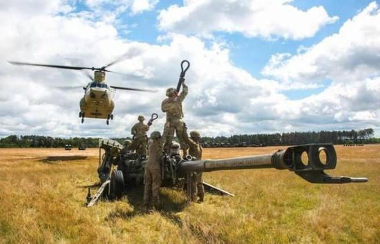 美军使用CH-47吊装火炮