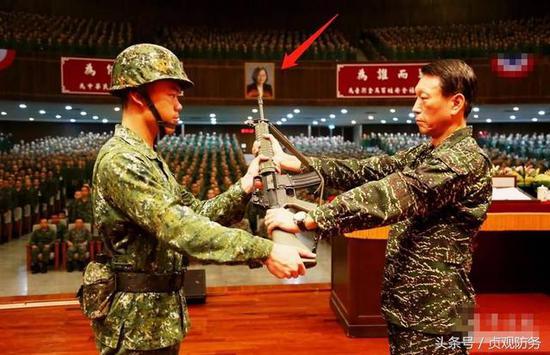 台军新式步枪系山寨版M16 授枪仪式时枪口瞄准蔡英文