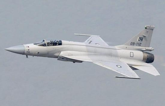 通过设计师不息用功,枭龙战斗机从低端三代机逐步走向中高端,作战效能达到美国F16的90%
