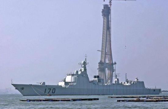 052C驱逐舰舰体中部就是很典型的米波逆隐身雷达