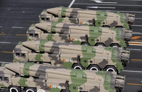 美媒:美军双航母南海军演后 中国试射东风26导弹插图(2)