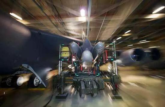 B-52H挂载AGM-86使用复合挂架