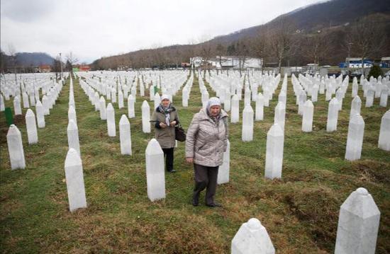 斯雷布雷尼察的种族灭绝的一处遇难者墓地。(图:路透)