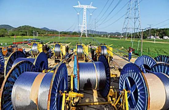 (图为2018年4月,准东至皖南±1100千伏特高压直流输电工程放线施工。)