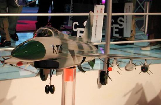 图为2002年展出的歼-7MF战机模型。在异国歼-10的日子里,中国军迷就靠着它顾影自怜。