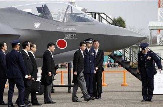 图为正在接受日本高官检视的F-35A战斗机