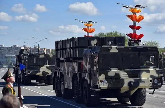 """图片:中国协助白俄罗斯研制的""""波罗乃兹""""长途火箭炮体系,其技术中间是中国的A-200外贸火箭炮。"""