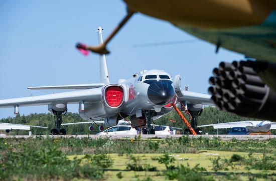轰6K与图22M3同场竞技 飞机刚起飞却被大妈抢镜(图)