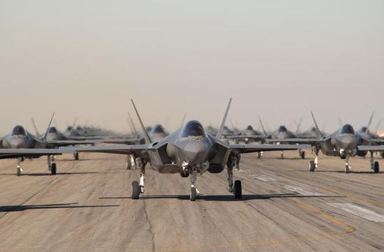 """图为美国空军的F-35A""""大象信步"""",今后这一幕也将发生在日本航空自卫队身上。"""
