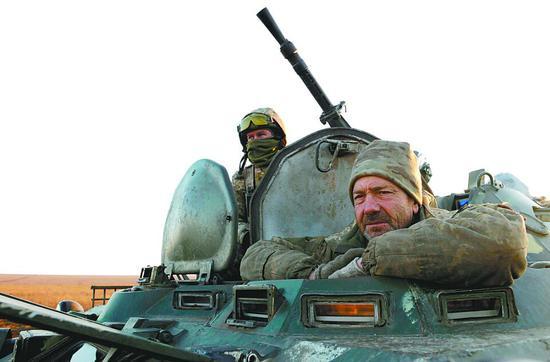 11月29日,乌 克兰在亚速海岸附近举走军事操练。