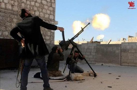 图片:叙利亚战场上进行防空射击的W85式重机枪。