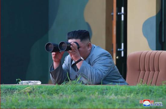 金正恩25日视察导弹试射 图自:同上