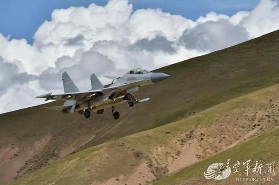 歼-16战斗机携带KD-88导弹对敌进行超视距攻击,不给敌人反击的机会