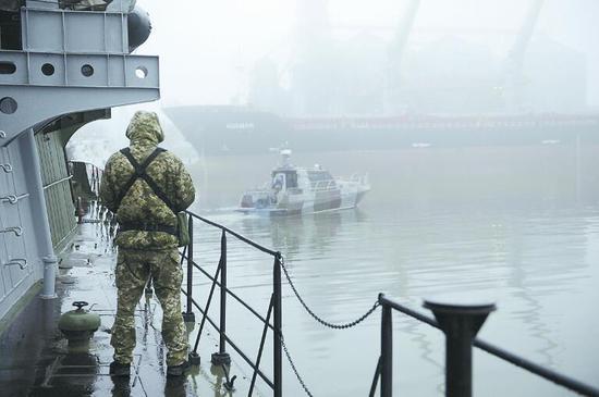 """27 日,乌克兰士兵在靠岸在亚速海港口马里波尔的""""唐达斯""""号军 舰上站岗。"""