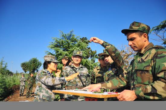 组织外籍学员现场考察,完成地形标绘作战图。倪羽喆摄