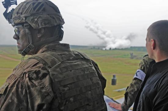 美军观看MLRS发射