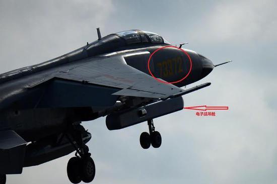 空军飞豹战机挂载的非全频干扰电子吊舱。