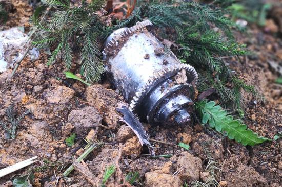 台军F-16撞山后残骸