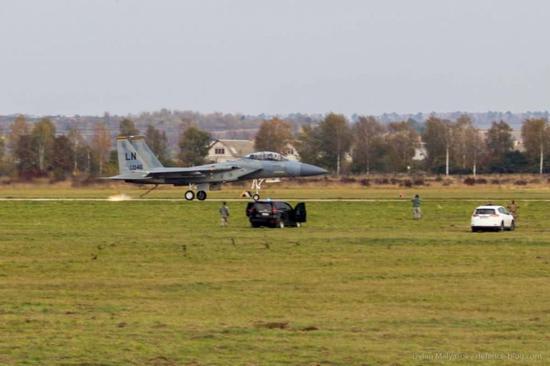 美军F15在俄家门口演习出故障 靠一根拦阻钩迫降