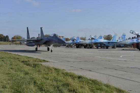 美军F15与乌克兰苏27模拟空战:苏27占据明显优势