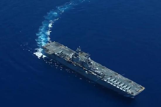 """在南海水域航行的美海军""""黄蜂""""号两栖攻击舰。"""