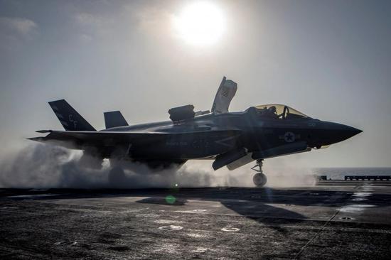 正在进走首降训练的F-35B战斗机