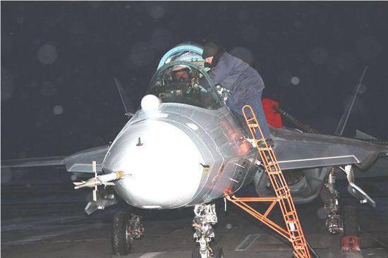 T50原型机正面能望到发动机叶片