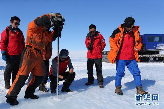 科考队员在蓝冰区用冰钻钻冰晓畅有关情况 图自新华社