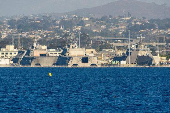 3艘自力级濒海战斗舰也停泊在不遥远