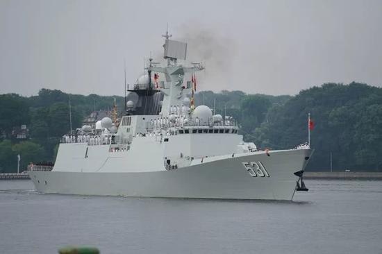 中国海军湘潭舰驶入德国基尔军港。王勍 摄
