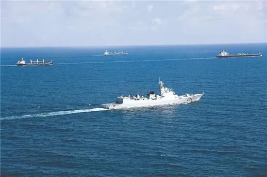 第十批护航编队海口舰为商船护航