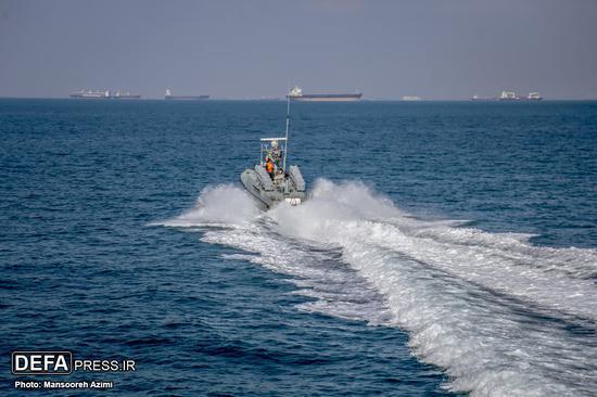 几乎与美军航母实习同步,伊朗媒体也放出该国快艇在波斯湾水域演练的场面。