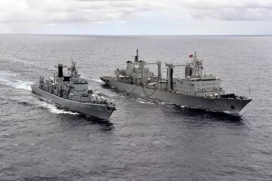 第二十二批护航编队太湖舰为青岛舰进走横向油水补给。张海龙 摄