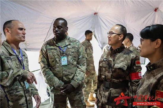 中美人道主义声援减灾说相符演练,中美两军官兵进走交流(图/中国军视网)