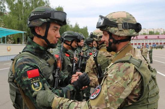 图片:说相符盾牌说相符逆恐实习中的中国武警兵士和白俄罗斯同走。