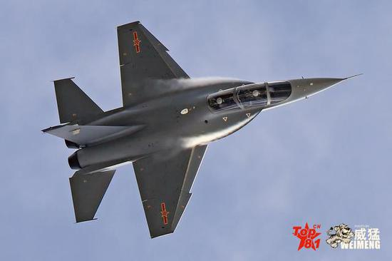 中国猎鹰教练机从设计来说,采用了雅克130相当多的创意,前机身中机身很明显