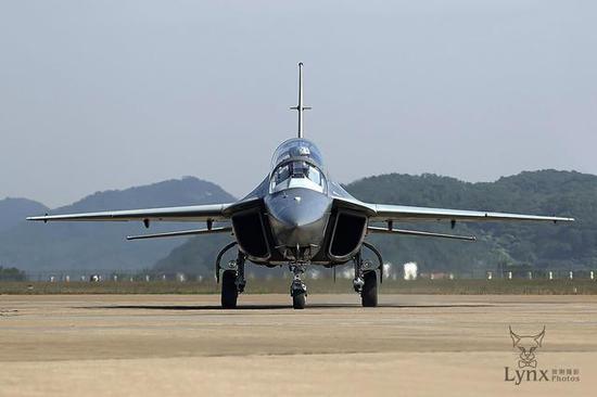 中国猎鹰和雅克130气动布局不完全相同,来源于在超音速性能认识上的分歧