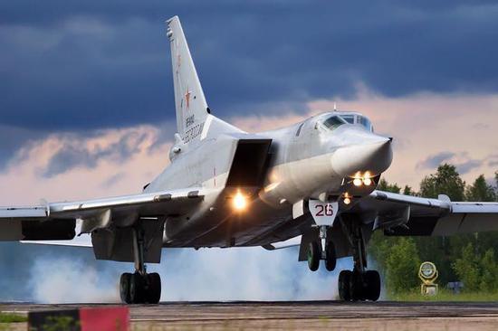 俄媒:一架轰炸机在俄西北部硬着陆 致2死2伤