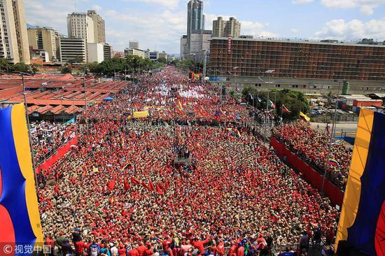 游行集会上,一片红色海洋(图片来源:视觉中国)