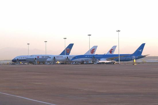从右至左分别为:厦航787-900、东航A350-900、国航747-800、南航A380