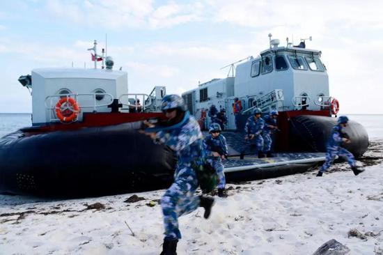 海军陆战队员从726A登陆艇上登陆