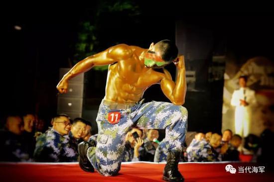 中国军人秀肌肉:8块腹肌块块明显人鱼线清晰可见(图)